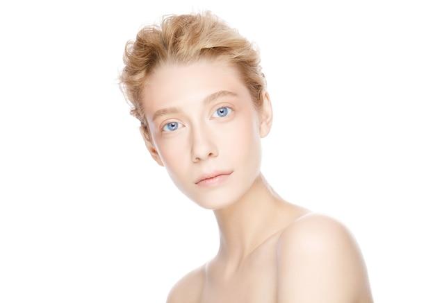 Rosto de mulher bonita com olhos azuis e cabelos loiros olhando para a câmera