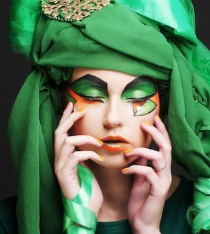 Rosto de mulher bonita com véu verde e maquiagem