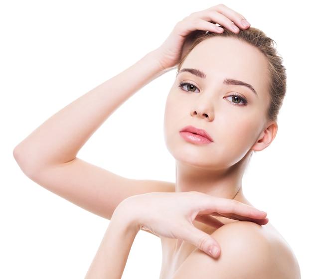 Rosto de mulher bonita e saudável com pele limpa e pura - isolado no branco