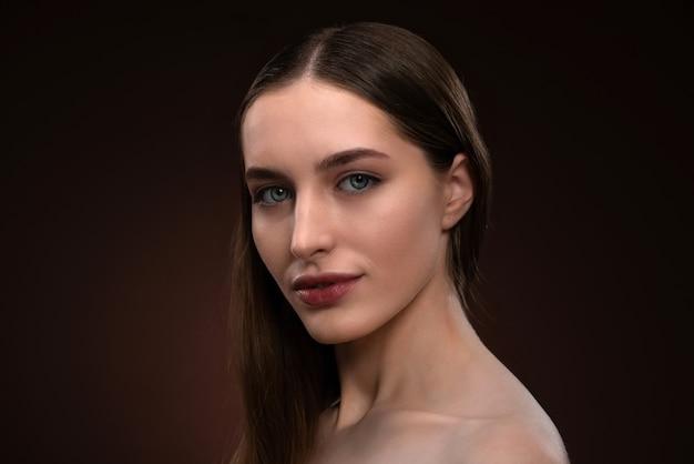 Rosto de mulher bonita fechar retrato sem maquiagem
