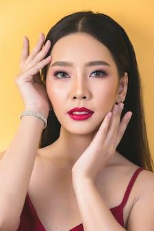 Rosto de mulher bonita. mão de maquiagem