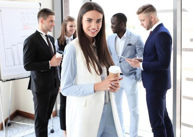 Rosto de mulher bonita no fundo de pessoas de negócios