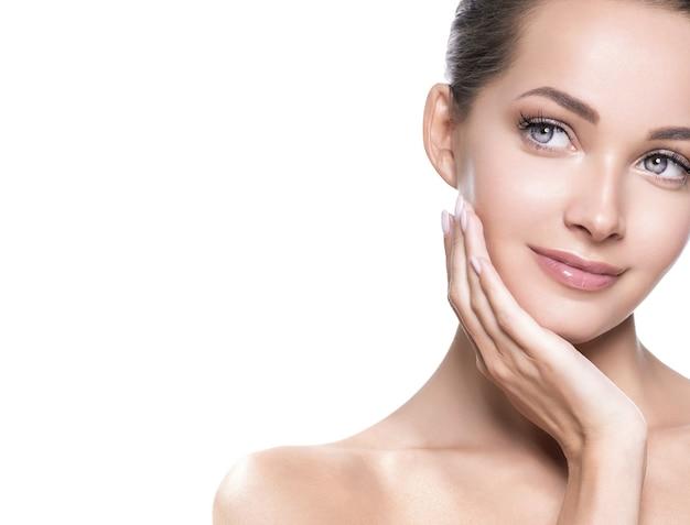 Rosto de mulher bonita pele saudável e cabelo maquiagem natural beleza cílios com as mãos