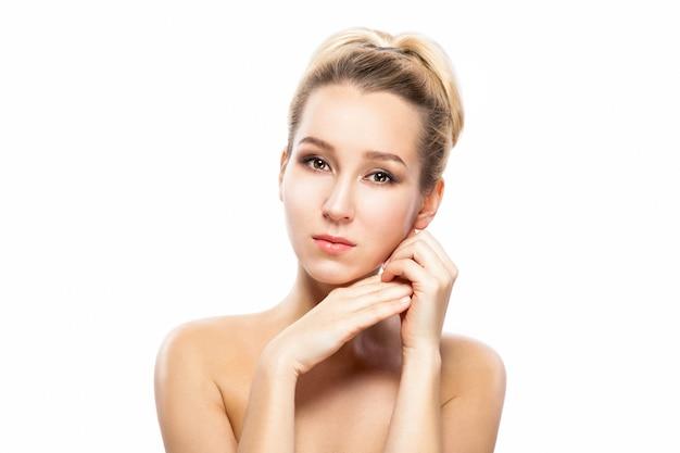 Rosto de mulher bonita. retrato da beleza. mulher bonita dos termas que toca em sua cara.