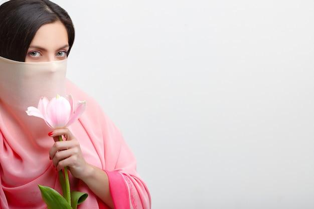 Rosto de mulher coberto com lenço