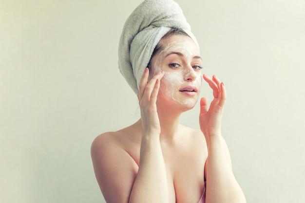 Rosto de mulher com creme ou máscara nutritiva.