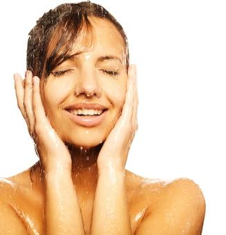Rosto de mulher com gotas de água