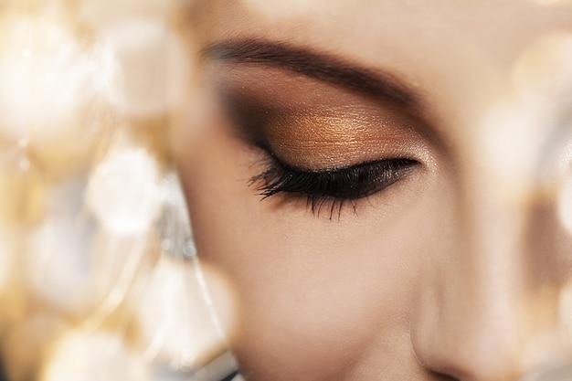 Rosto de mulher com maquiagem linda
