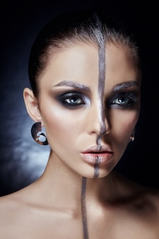 Rosto de mulher criativa maquiagem, olhos grandes