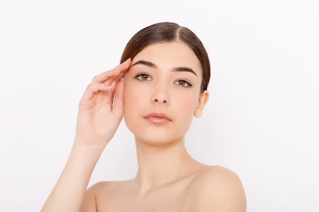 Rosto de mulher de beleza pele limpa bela beleza feminina olhos lábios perfeito tom de pele saudável. pele fresca limpa de uma linda mulher. expressões faciais expressivas .cosmetologia, beleza e spa