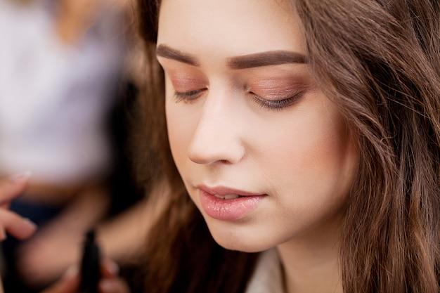 Rosto de mulher de beleza, trabalho de artista de make-up
