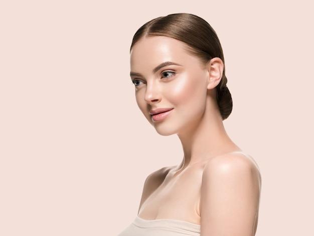 Rosto de mulher de cuidados de pele com conceito de idade cosmética de beleza saudável pele closeup. cor de fundo amarelo