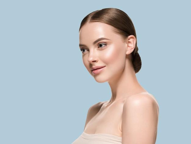 Rosto de mulher de cuidados de pele com conceito de idade cosmética de beleza saudável pele closeup. cor de fundo azul