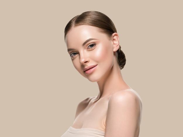 Rosto de mulher de cuidados de pele com conceito de idade cosmética de beleza saudável pele closeup. cor de fundo marrom