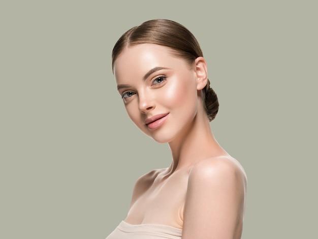Rosto de mulher de cuidados de pele com conceito de idade cosmética de beleza saudável pele closeup. cor de fundo verde