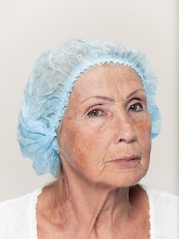 Rosto de mulher de meia idade antes da cirurgia plástica