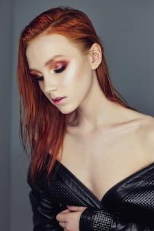 Rosto de mulher de perfil retrato com cabelo vermelho brilhante