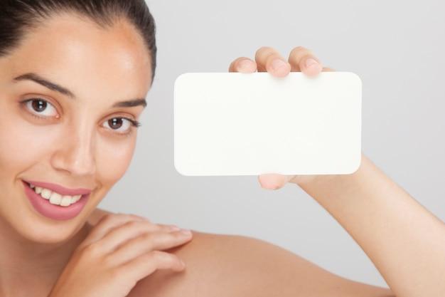 Rosto de mulher e modelo de cartão