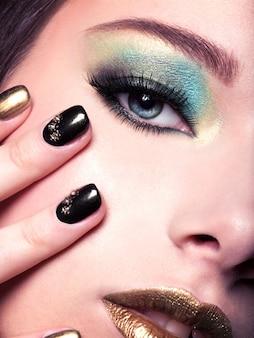 Rosto de mulher em close-up com maquiagem de olhos verdes