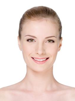 Rosto de mulher em close-up com pele limpa, fresca e lindo sorriso - isolado