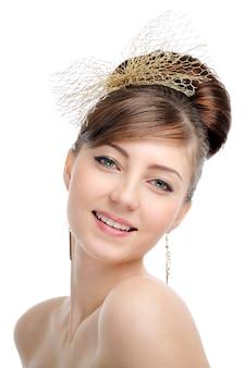 Rosto de mulher em close-up com penteado de design criativo