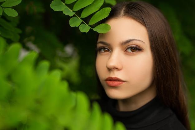 Rosto de mulher jovem e bonita bem cuidada com maquiagem
