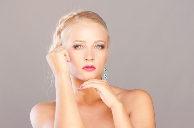 Rosto de mulher linda modelo loira com olhos azuis e maquiagem perfeita
