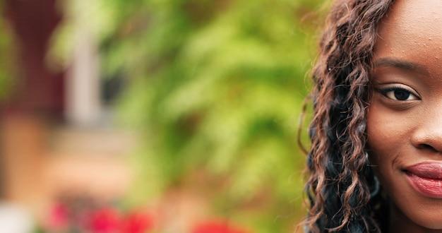 Rosto de mulher recortado retrato de uma linda garota com cabelo lindo, sorrindo e olhando atentamente para ...