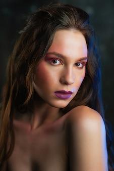Rosto de mulheres de beleza. bela jovem modelo com maquiagem de rosto brilhante