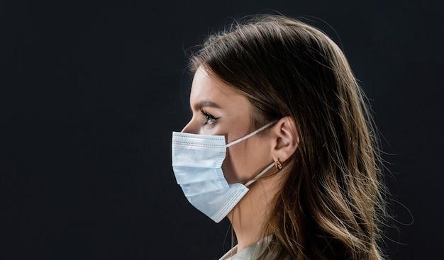 Rosto de pessoas com máscaras protetoras de coronavírus usando uma máscara facial protetora pandêmica