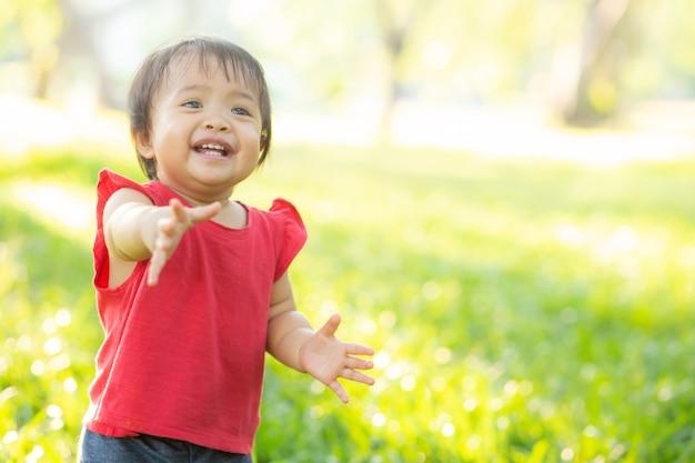 Rosto de retrato de menina asiática bonitinha e criança felicidade e diversão no parque no verão
