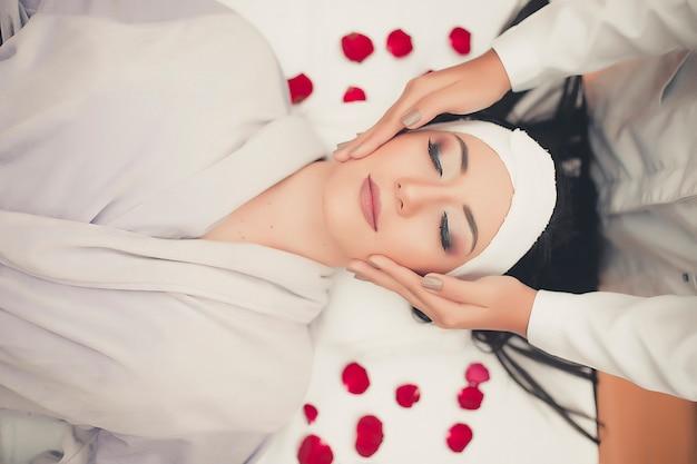 Rosto de skincare de tratamento de spa. enfrente a massagem profissional. massagista facial de saúde.