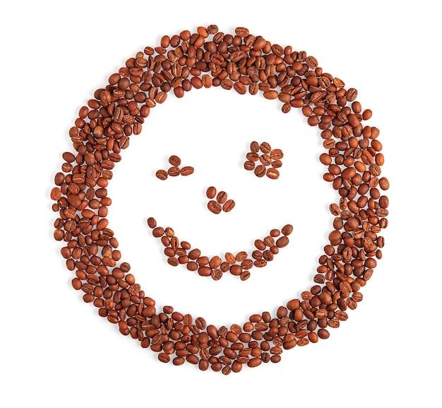 Rosto de sorriso feito de grãos de café sorrisos e piscadela isolado no fundo branco