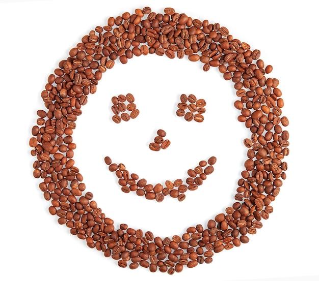 Rosto de sorriso feito de sorrisos de grãos de café isolados no fundo branco