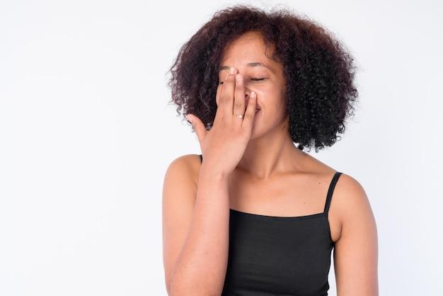 Rosto de uma bela jovem africana feliz rindo de olhos fechados