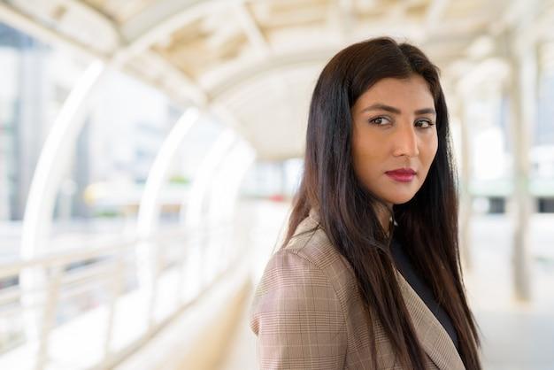 Rosto de uma jovem e linda empresária indiana na passarela da cidade