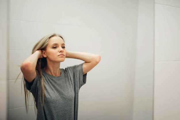 Rosto de uma jovem mulher bonita e saudável e reflexo no espelho