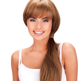 Rosto de uma linda mulher indiana sorridente com cabelo comprido isolado no branco