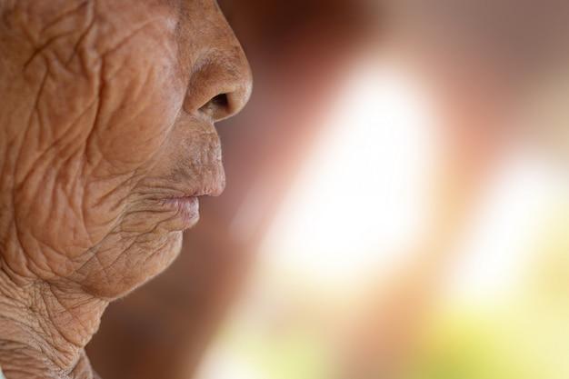 Rosto de uma mulher idosa.