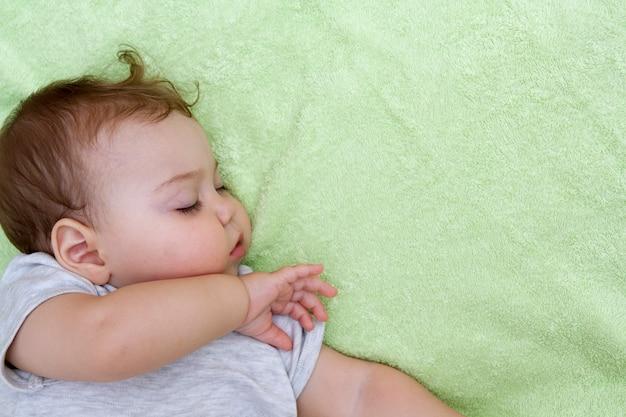 Rosto e braço de um bebê dormindo. copie o espaço
