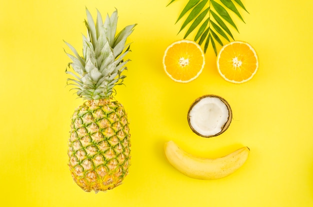 Rosto feliz feito de frutas exóticas