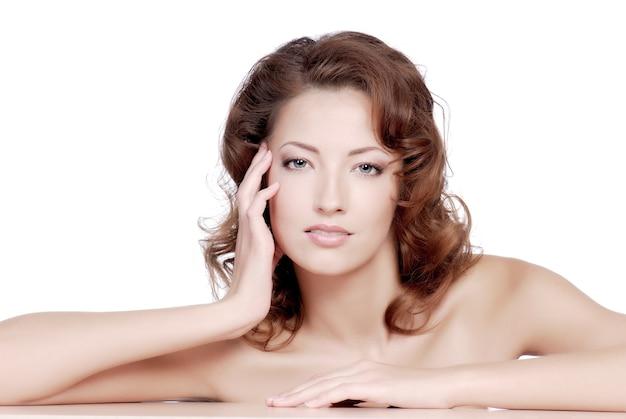 Rosto feminino atraente com a condição de bem-estar de dormir