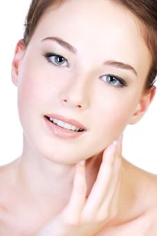 Rosto feminino atraente de adolescente em close-up com boa pele