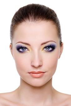 Rosto feminino caucasiano lindo com maquiagem brilhante
