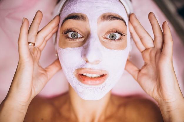Rosto feminino coberto com máscara de perto