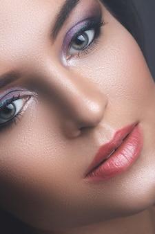 Rosto feminino com lindas sombras para os olhos