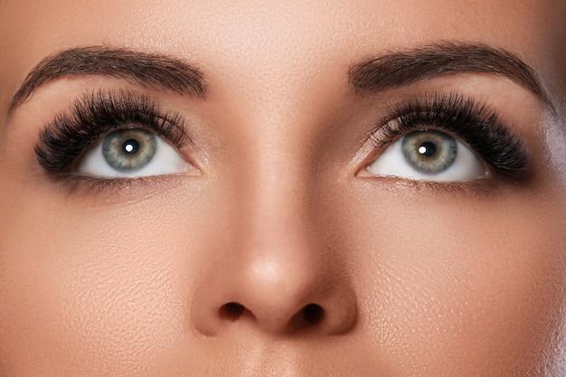 Rosto feminino com sobrancelhas lindas e cílios artificiais