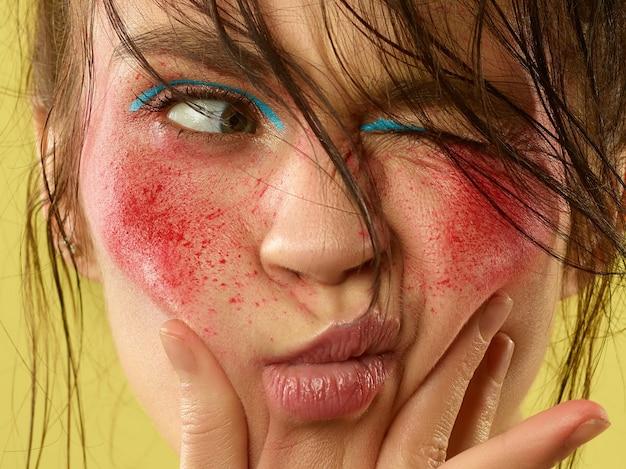 Rosto feminino lindo com pele perfeita e maquiagem brilhante