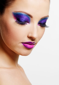 Rosto feminino lindo e sexy com maquiagem brilhante de beleza