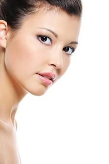 Rosto fresco de close-up de uma bela mulher asiática isolado no branco